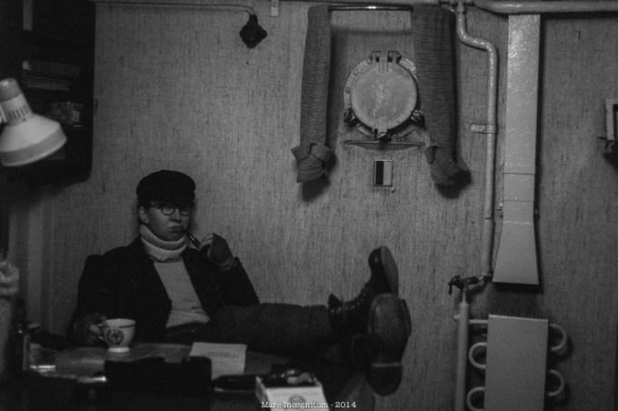 A crew member putting their feet up. (Play, Jonas Aronsson)