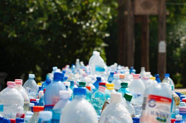 A poluição por plástico no oceano deve triplicar até 2040, aumentando a urgência de encontrar uma solução global.