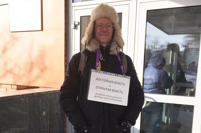 Константин Фокин спикетом около здания администрации городского поселения Ступино. Фото: личная страница вFacebook