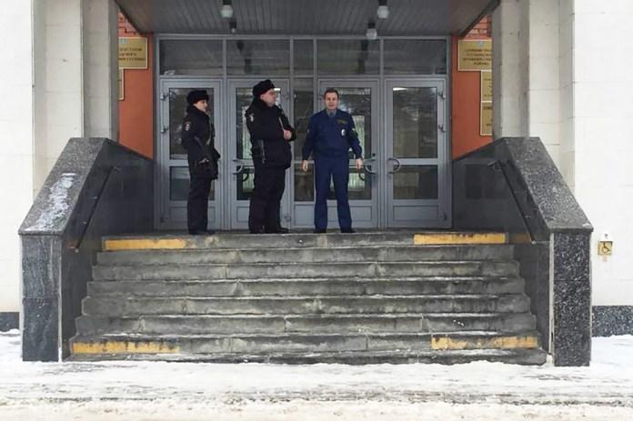 Сотрудники полиции исотрудник охраны около входа вздание администрации городского поселения Ступино. Фото: Константин Фокин/ Facebook