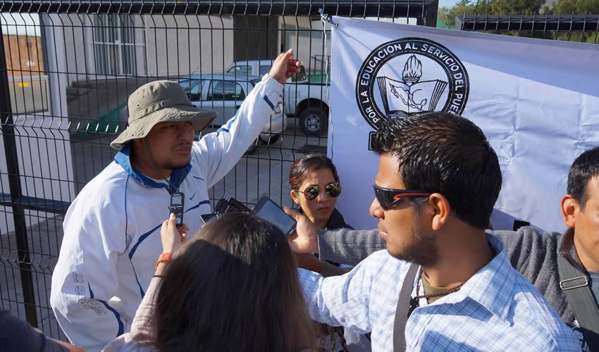 """Víctor Hugo Montoya Gómez: """"Hay que entender que nosotros rechazamos la reforma (educativa), de manera que estamos exigiendo la doble plaza. El pasado 16 de abril hubo una audiencia, y la respuesta que nos dieron no llenó las aspiraciones de los maestros. Entonces se decidió tomar la Secretaría por la jornada laboral"""""""