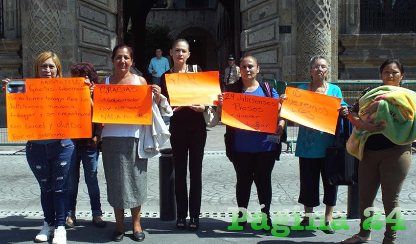 Los jaliscienses detenidos injustamente en Querétaro pueden apelar la sentencia que se les impuso, por irregularidades en el proceso que se les llevó; en la imagen, familiares de las víctimas exigen la intervención del gobierno estatal/Foto: Francisco Tapia