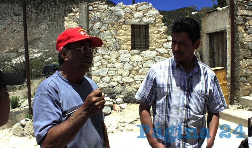 Roberto de la Rosa explica a los visitantes que bajo el pueblo donde ellos viven, se encuentra una mina que se trabaja desde décadas atrás, por varios propietarios: primero de la empresa Peñoles, después Providencia Año Nuevo, luego de Tayahua y finalmente de Frisco-Tayahua, esta última propiedad de Carlos Slim
