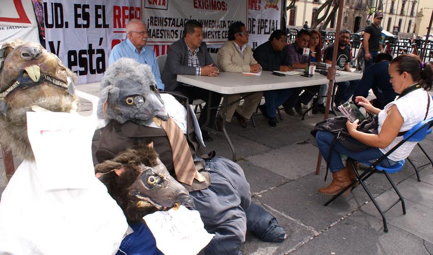 En vez de solucionar los problemas de fondo de la educación, el presidente de México prefiere enviar policías federales para reprimir la queja social, criticaron miembros del Frente Magisterial de Jalisco, en apoyo a los docentes que se manifiestan en el sur/Foto: Francisco Tapia