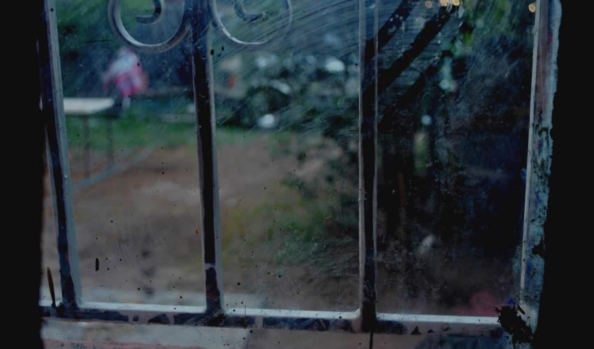 """""""En el exterior de aquella ventana los rayos del sol son sustituidos por la sombra, las gotas comienzan a golpear el cristal...."""""""