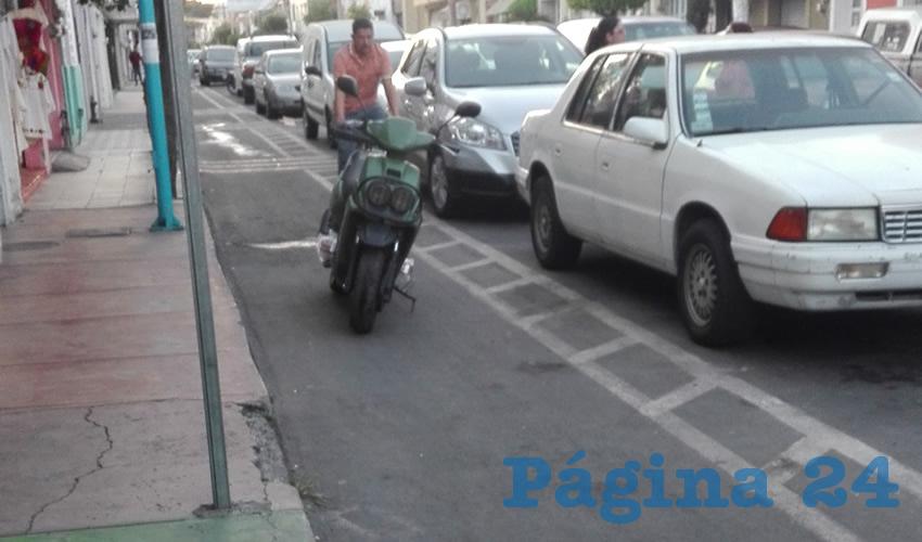 Otro de los grandes problemas en los espacios destinados para los ciclistas es que el resto de los usuarios de la calle no respeta el área exclusiva de circulación, y bloquea el libre tránsito; es más cuestión de educación que otra cosa/Foto: Archivo Página 24