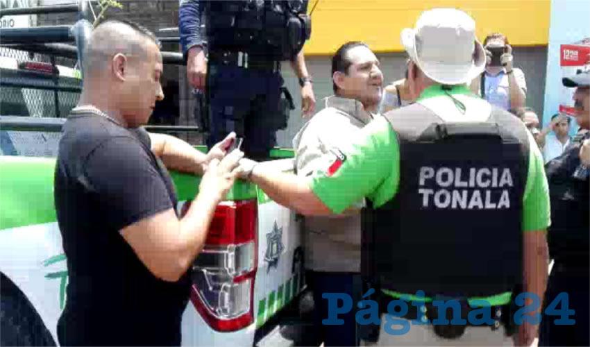 Los vecinos inconformes se plantaron en los cruces de las avenidas Tonaltecas y Tonalá para exigir al alcalde Sergio Chávez acudiera para dar respuestas a las denuncias de los ciudadanos; al tapar el paso de automotores, arribó la policía municipal para advertirles que incurrían en faltas que constituían una infracción, por lo que detuvieron a un manifestante/Foto: Captura de video