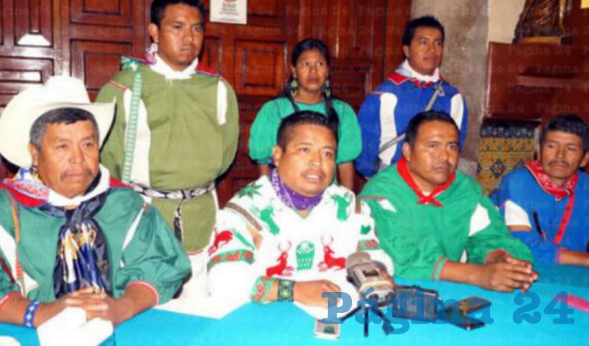 Miguel Vázquez Torres (centro), líder huichol y ex presidente de bienes comunales de San Sebastián Teponahuzxtlán/Foto: Archivo Página 24