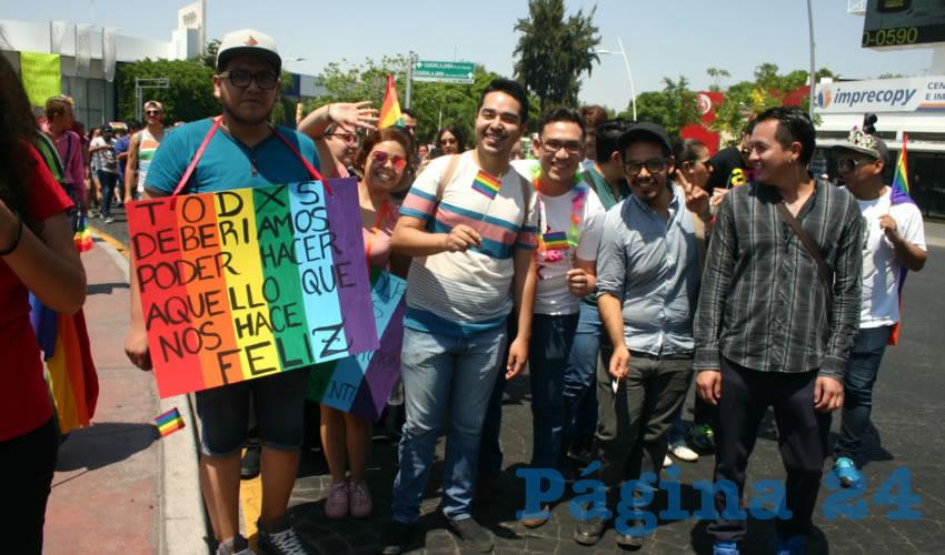 Durante la manifestación, el contingente extendió la bandera de la igualdad por avenida Vallarta/Foto: Agencias