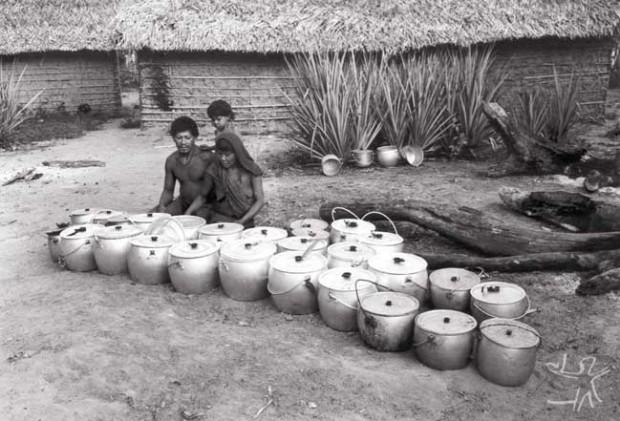Casal patrocinador de um cauim alcoólico. As panelas pertencem a toda a aldeia e foram emprestadas para a ocasião. Foto: Eduardo Viveiros, 1982