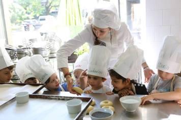 Le cooking class di California Bakery sono perfette per i più golosi: dai 3 ai 10 anni si cucina insieme a mamma o papà o in compagnia degli Chef-animatori, mentre i teen classi si cimenteranno nei grandi classici della pasticceria made in USA.