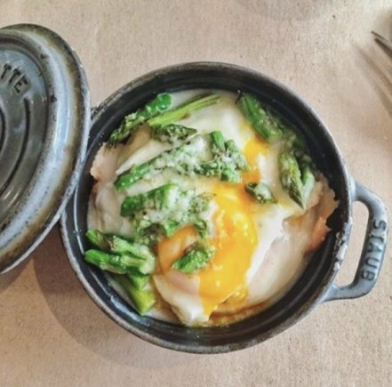 Cocotte di asparagi e uovo pochè