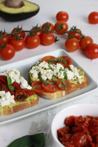 Toast avocado, pomodorini e feta