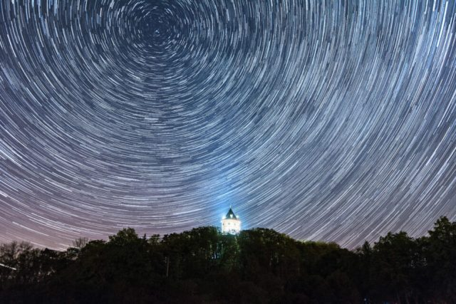 Star-trails-with-foreground-building