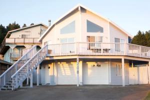 1208 Upper Pacific Drive, Shelter Cove, CA 95589