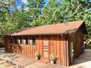 40 Oak Tree Lane, Willow Creek, CA 95573