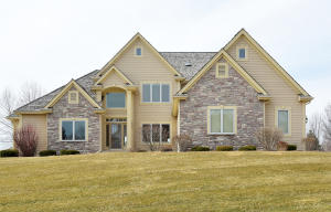 Property for sale at 801 N Bluespruce Cir, Hartland,  Wisconsin 53029