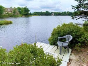 1215 Coyote Ct, Long Pond, PA 18334