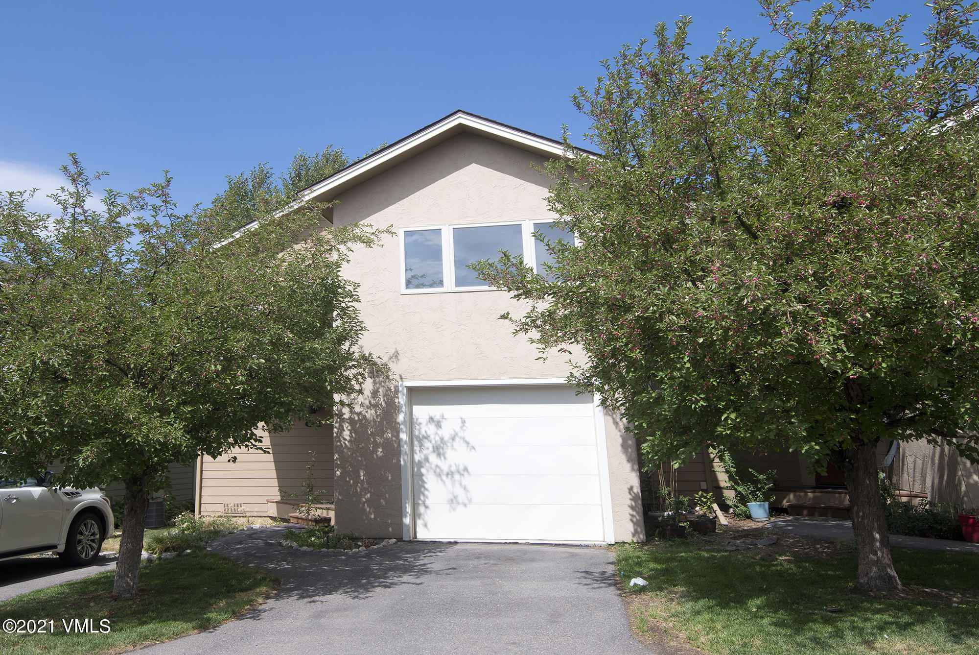 End Unit Bluffs Town home with 3 bedrooms, 2.5 baths.  Features include hardwood floors, black appliances in the kitchen and a 1 car garage. Needs interior paint.  Walking distance to Town and schools.  Access to open space and hiking/bike paths are a block away.