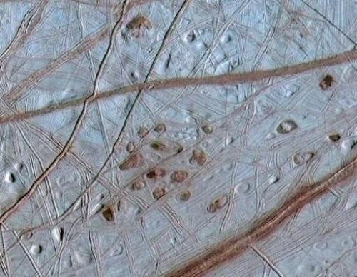 Una vista della superficie di Europa, combinando le informazioni dalle immagini da sonda Galileo della NASA 31 mag 1998