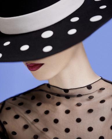 Apoyada en la tradición secular del sector, crea sombreros y complementos para la cabeza usando flores,plumas, piel de cocodrilo y cintas de seda