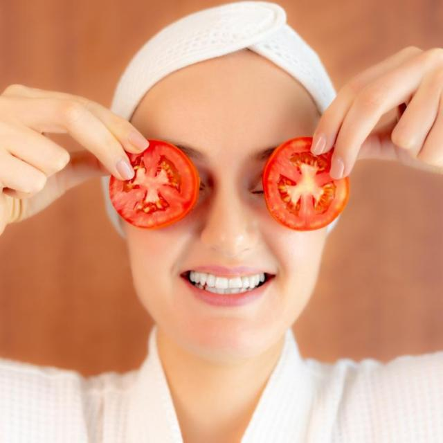 Eat and apply: Tomato + sugar scrub and more DIY remedies for glowing skin!