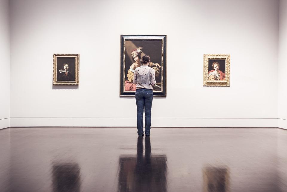 美術館でアートを見る女性