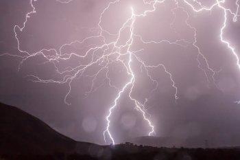 https://i2.wp.com/cdn.pixabay.com/photo/2014/07/23/02/41/lightning-399853__340.jpg?resize=350%2C233&ssl=1