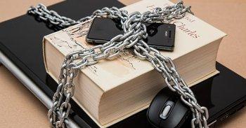 Ноутбук и книга закрытая замком