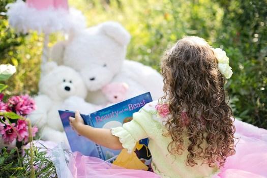 Lettura Poco Ragazza, Giardino, Bambino, Ragazza, Libro