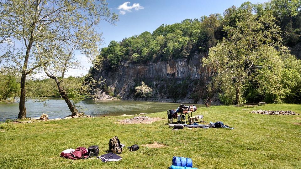 川辺のキャンプ場