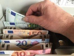 Euro, Geld, Geldscheine, Kasse. Kreditanfrage mit Sofortzusage.