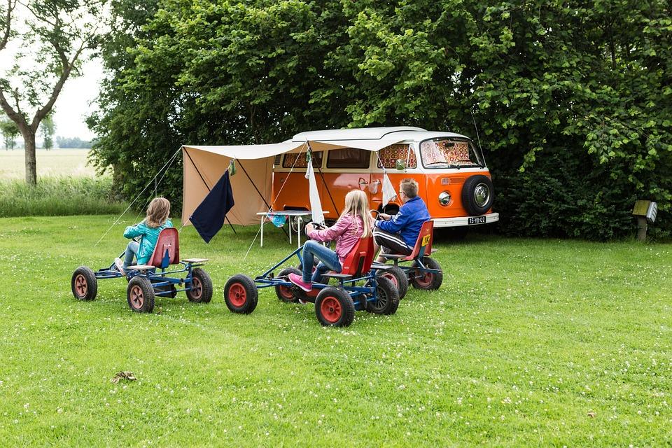 キャンプ場で遊ぶ子供達