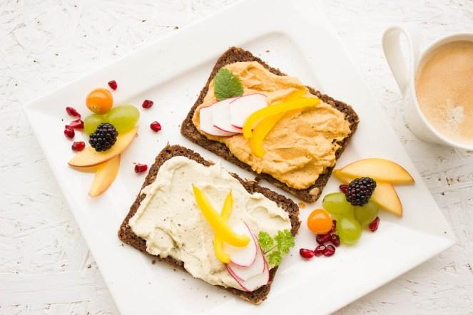 Pequeno-almoço, saudável, hummus, espalhar, pão integral