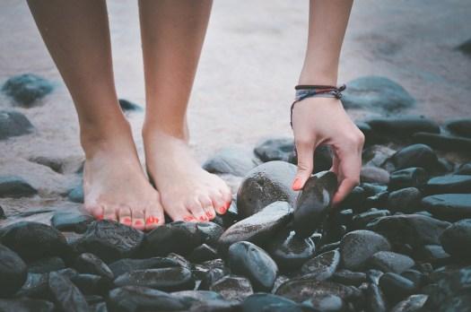 Beach, Piedi, Mano, Ciottoli, Sabbia, Riva Del Mare