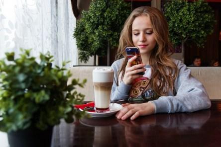女の子, 10 代, スマート フォン, ロシア, コーヒー ショップ, レストラン, チャット, 幸せ