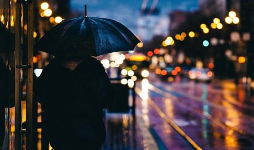 大人, ぼかし, ボケ, 市, 夜, ライト, 男, 屋外, 人, 雨, 反射, 道, 街, 傘, 濡れた