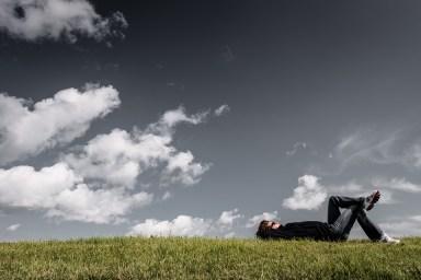 男、草、嘘つき、休息、リラックス、少年、思考