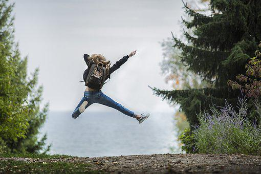 女性, ジャンプ, バックパック, ジャンピング, 飛躍, 冒険, ブロンドの髪