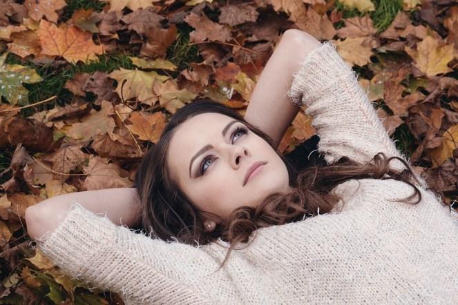 Mulher, linda, menina, mentindo, folhas, outono, retrato