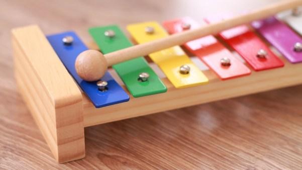 遊ぶ 子ども 楽器 鉄琴