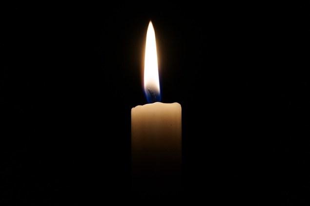 Una vela encendida sobre fondo negro.  webandi  https://pixabay.com/es/photos/vela-luz-luz-de-las-velas-llama-2038736/