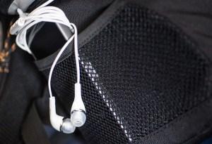 Écouteurs et téléphone portable dans une poche