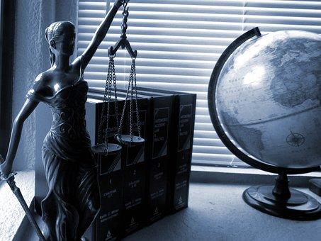 La Dama De La Justicia, Legales, Derecho