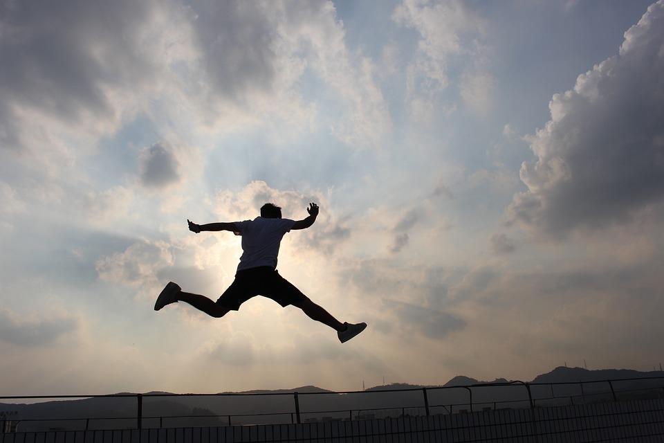 ジャンプをする男性