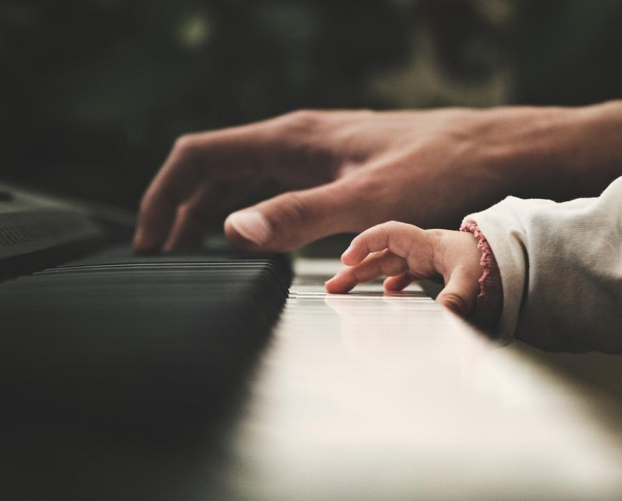 ピアノを引く男性と子供