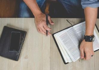 人, 男, オフィス, ビジネス, 宗教, 聖書, 教会, 読み取り, 本, ペン, 電話, 携帯電話, 技術