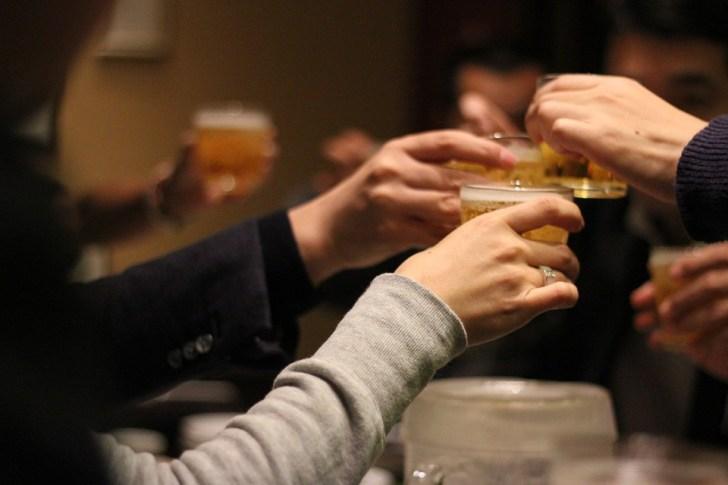 乾杯, 飲み会, 酒, グラス, 飲む, 夜, 集まり, 会合, 集会, 食事, 楽しい, 騒ぐ, ビール
