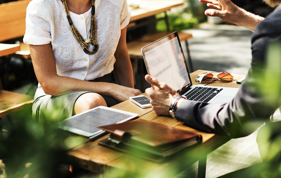 ビジネス, 契約, ラップトップ, 作業, ネットワークの利用方法, 通信, ブレーンストーミング, テーブル