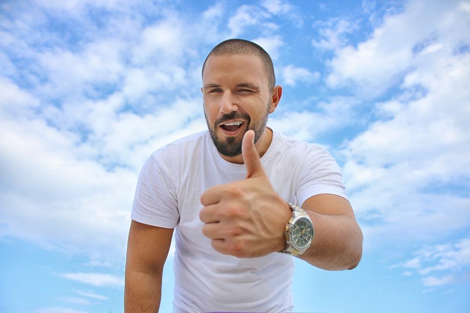 若い男, 青い空, 親指, 高級腕時計, 成功, ワイシャツ, 髭, 青時計